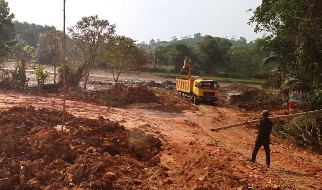 Công trường khai thác đất 'hành hạ' dân: Xã nói có phép huyện bảo không