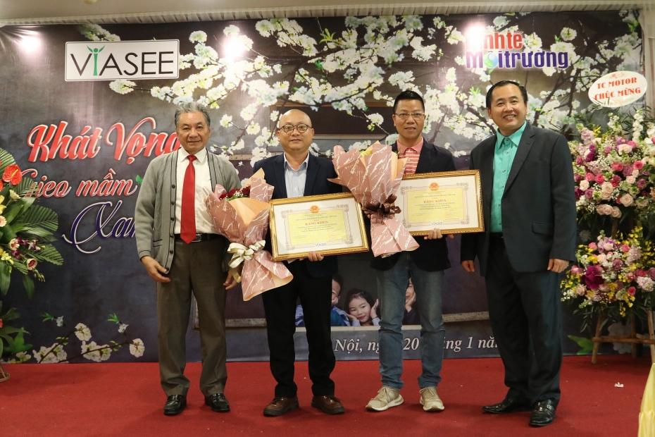 Lãnh đạo Trung ương Hội KTMTVN tặng bằng khen cho đại diện của Tạp chí Kinh tế Môi trường tại khu vực Thanh Hoá - Ninh Bình và khu vực miền Trung.