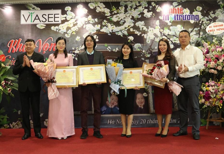 Lãnh đạo Hội KTMTVN biểu dương và tặng bằng khen cho các cá nhân tiêu biểu xuất sắc.