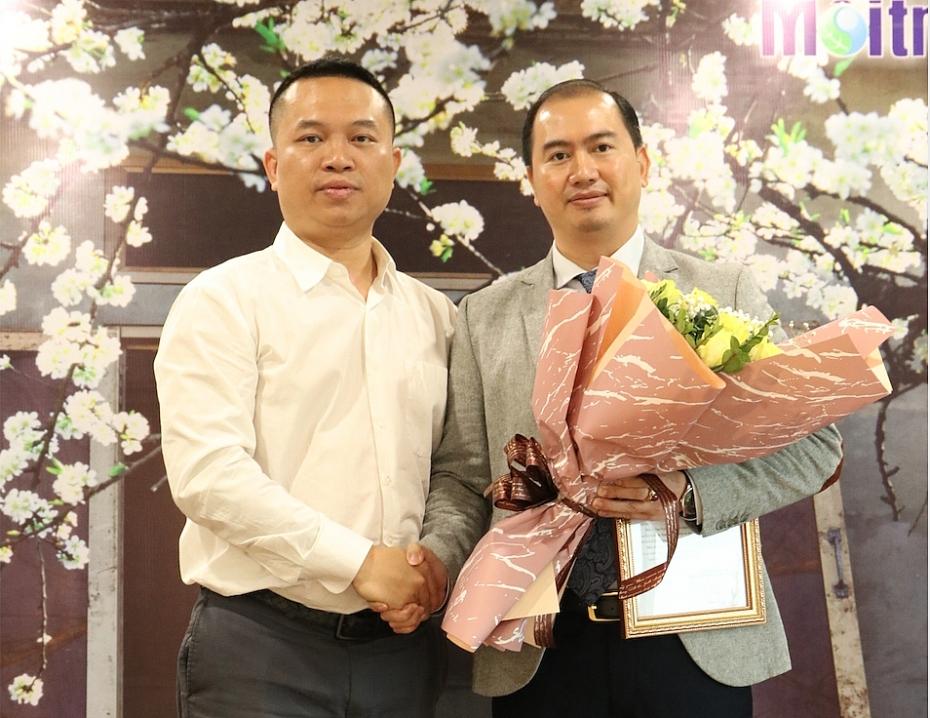 Nhà báo Phan Chí Hiếu trao Quyết định bổ nhiệm cho ông Trương Anh Tú.