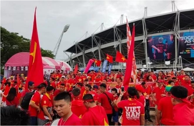 Khoảng 1000 CĐV Việt Nam đã theo chân đội tuyển đến Thái Lan. Ảnh: Đức Đồng.