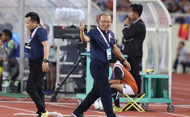 Thầy Park tỏ ra sốt ruột khi đội nhà chưa thể ghi bàn. Ảnh: VNE.