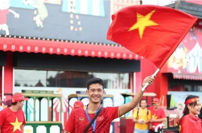 Có khoảng 200 CĐV Việt Nam đã có mặt ở sân Kapten I Wayan Dipta. Ảnh: VNE.