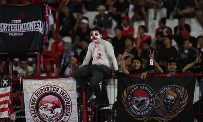 Một ultras Indonesia buồn bã ngồi trên hàng rào sau khi chứng kiến đội nhà bị dẫn bàn ở hiệp đầu. Ảnh: Đức Đồng.