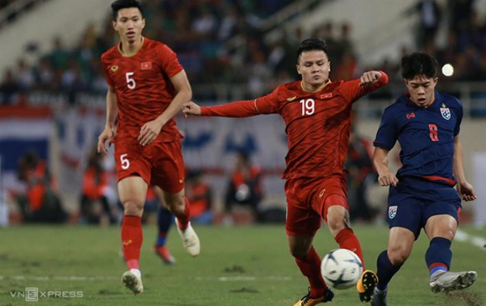 Các tuyển thủ Việt Nam tích cực áp sát ngay từ trên phần sân Thái Lan. Ảnh: Lâm Thoả.