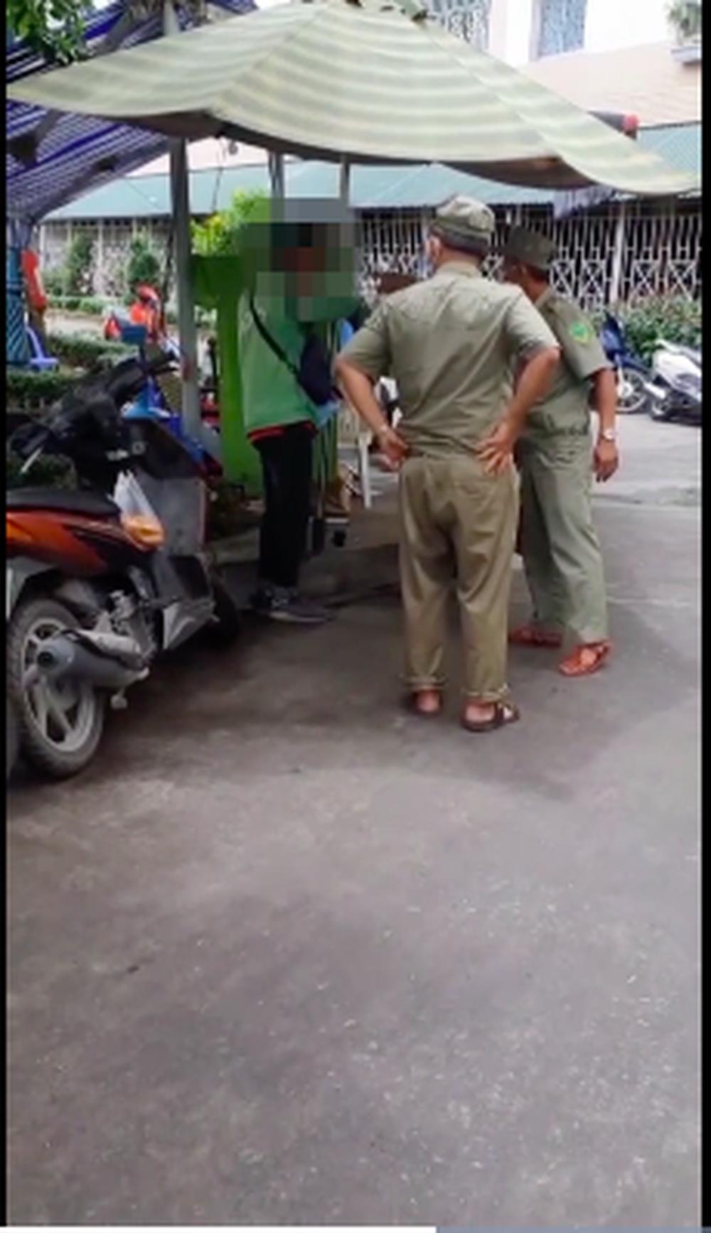 2 bảo vệ quát rồi tát nam tài xế công nghệ khi anh này muốn lấy đồ trong khu phong toả. (Ảnh chụp từ clip).