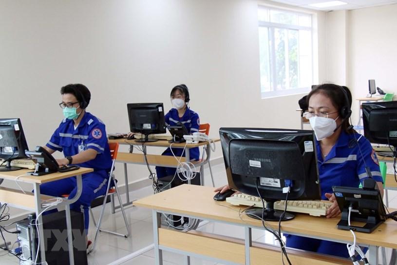Nhân viên điều phối cấp cứu Tổng đài cấp cứu 115 đặt tại Công viên phần mềm Quang Trung. (Ảnh: Tiến Lực/TTXVN)