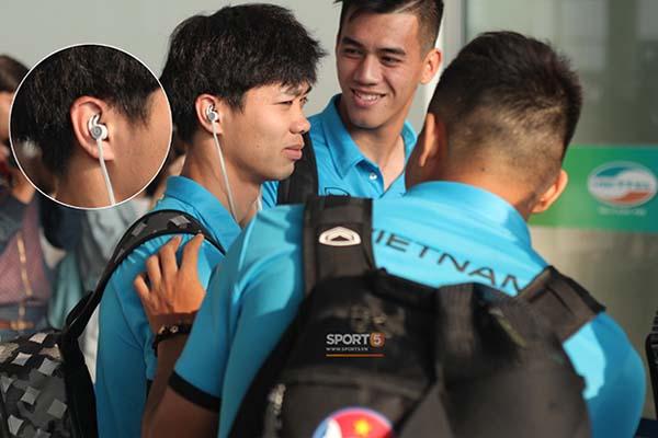 Cả đội ai cũng dùng tai nghe iPhone, riêng Công Phượng 'chơi trội' bằng tai nghe hàng hiệu cực chất