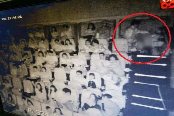 Dân mạng 'ném đá' đôi trai gái nằm ôm nhau trong phòng trọ đông người